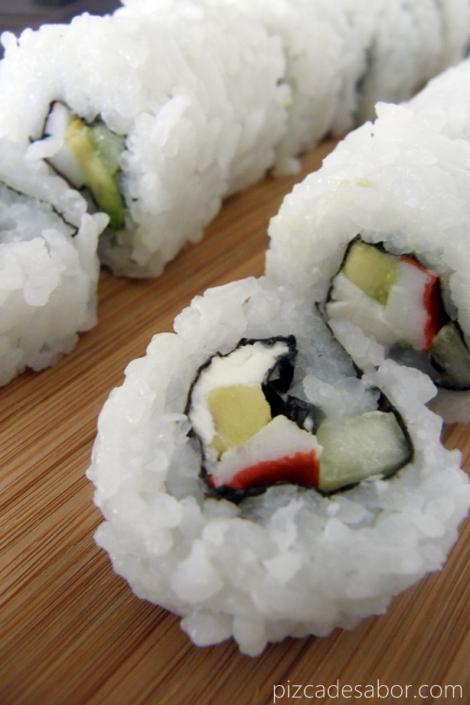 Rollo de sushi California / California Roll - www.pizcadesabor.com